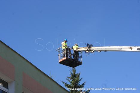 Inspektor nadzoru oraz główny elektryk podczas pracy